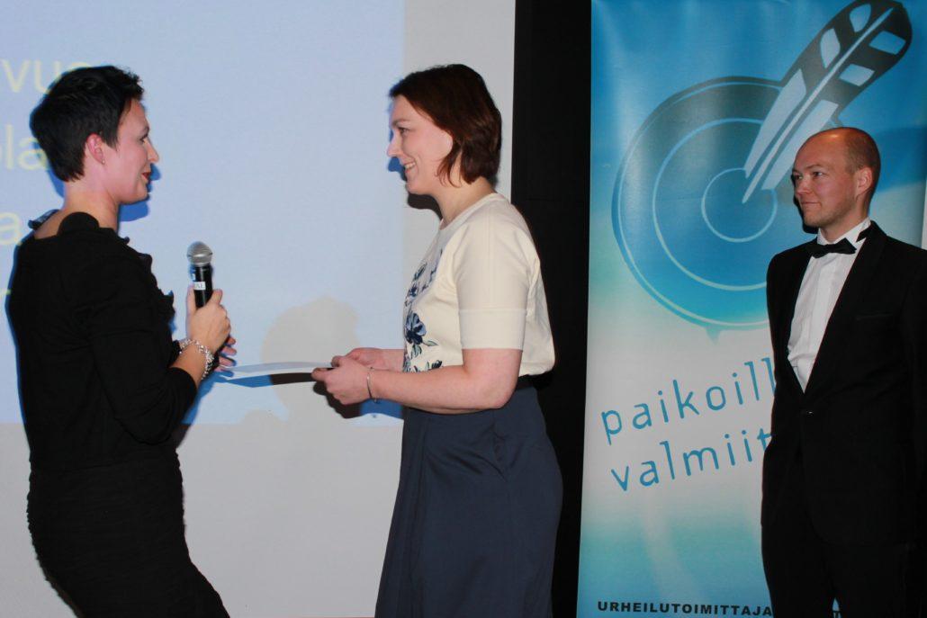 Aamulehden urheilutoimituksen esimies Elina Paasonen vastaanotti Kultainen kiekko -urheiölujournalismistipendin Urheilugaalan pääsihteeriltä Riia Martinojalta. Mukana palkitsemisessa oli myös Kaihari-säätiön asiamies Tuomo Huhtanen. Kuva: jukka Suomela / EMG